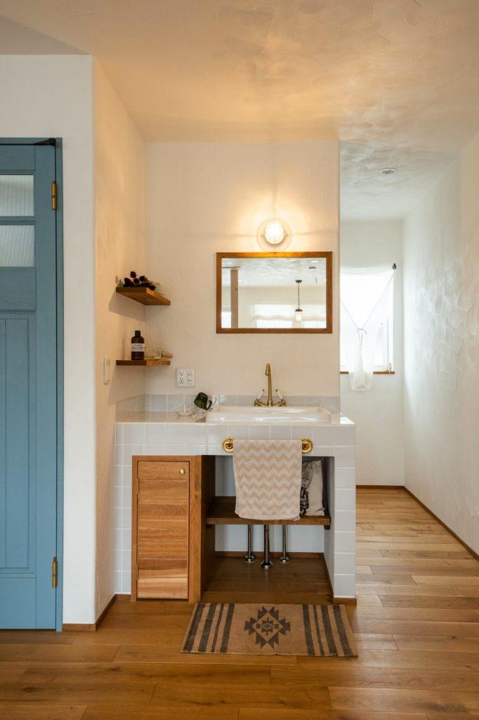 リビングを彩るブルーの扉と洗面台