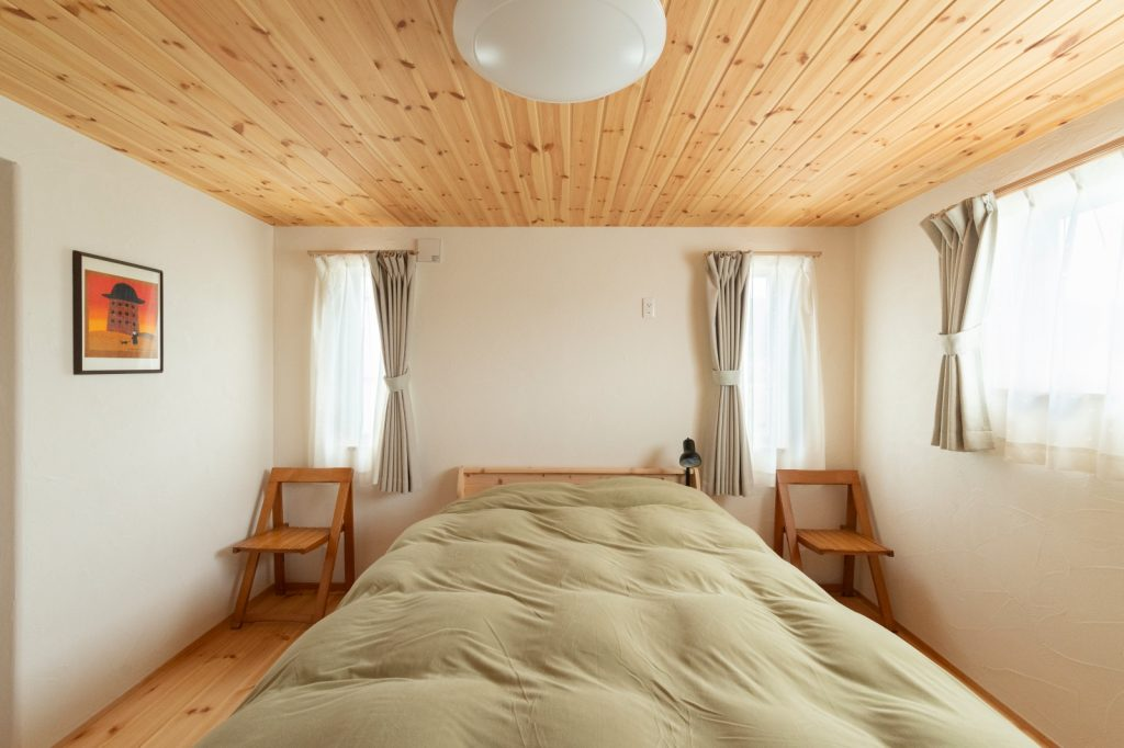 縦長の窓が左右対称に並んだ寝室