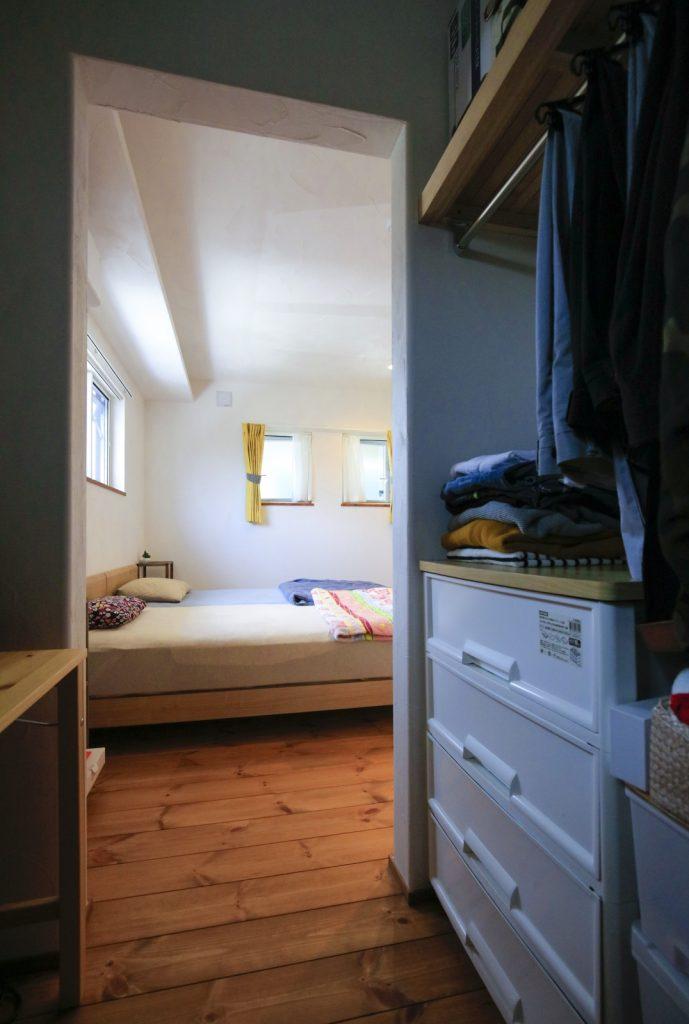 寝室とつながるウォークインクローゼット