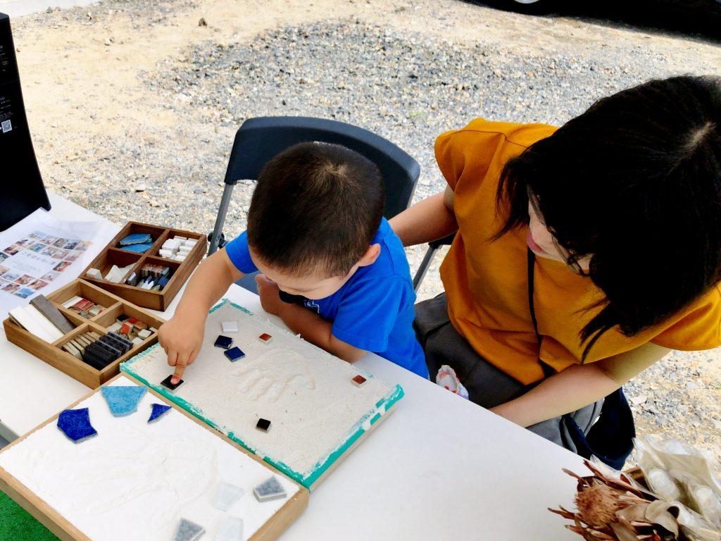 漆喰で作る手形体験