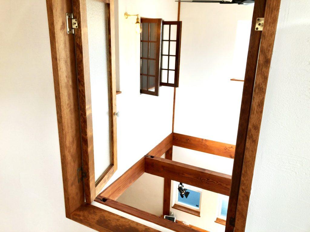 プロヴァンスデザイン住宅の室内から見る吹抜け