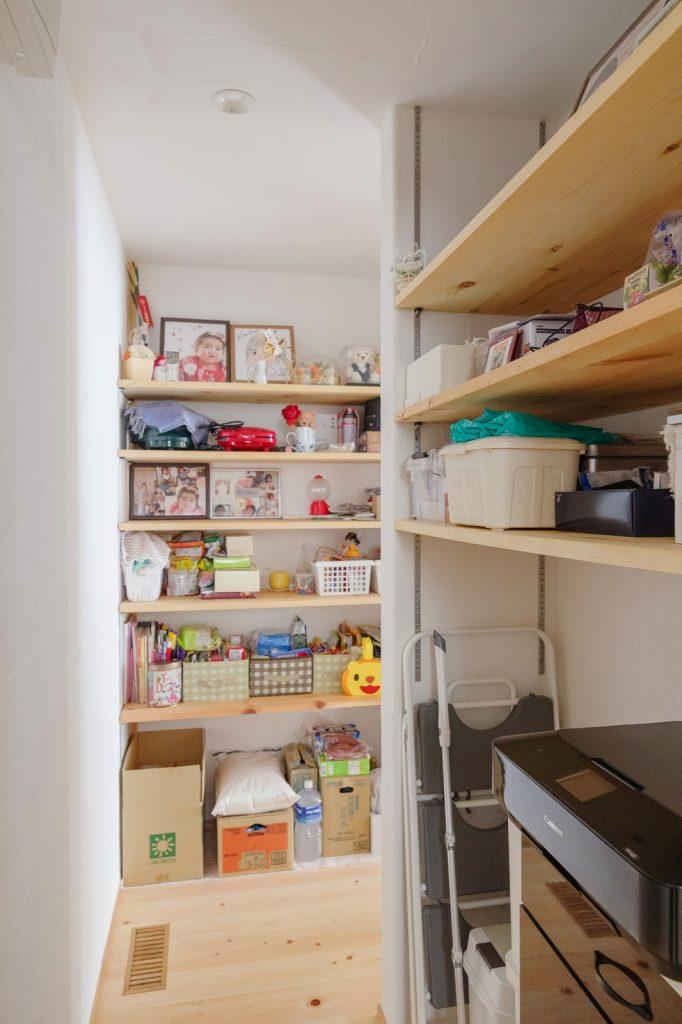 キッチンの奥は回遊性のある大容量収納に!