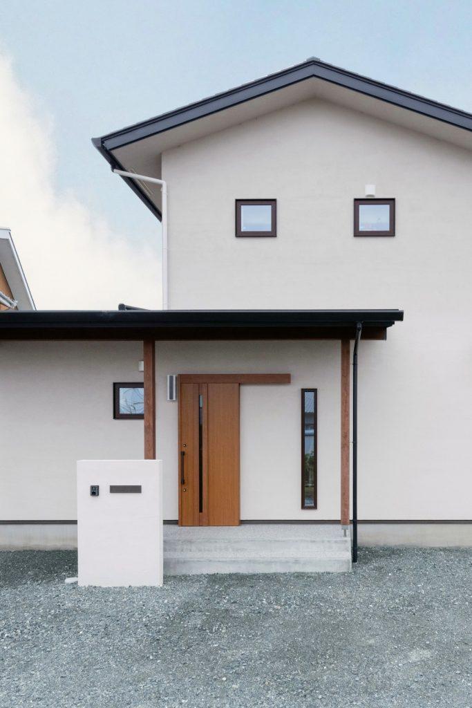 切妻屋根のシンプルな外観