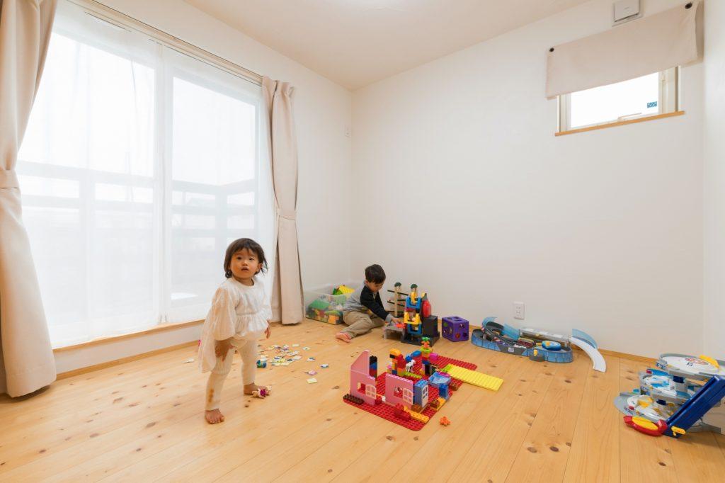 安心して遊べる無垢と漆喰の洋室