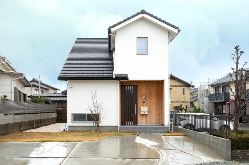 自然素材で建てた 17坪のシンプルで長い家