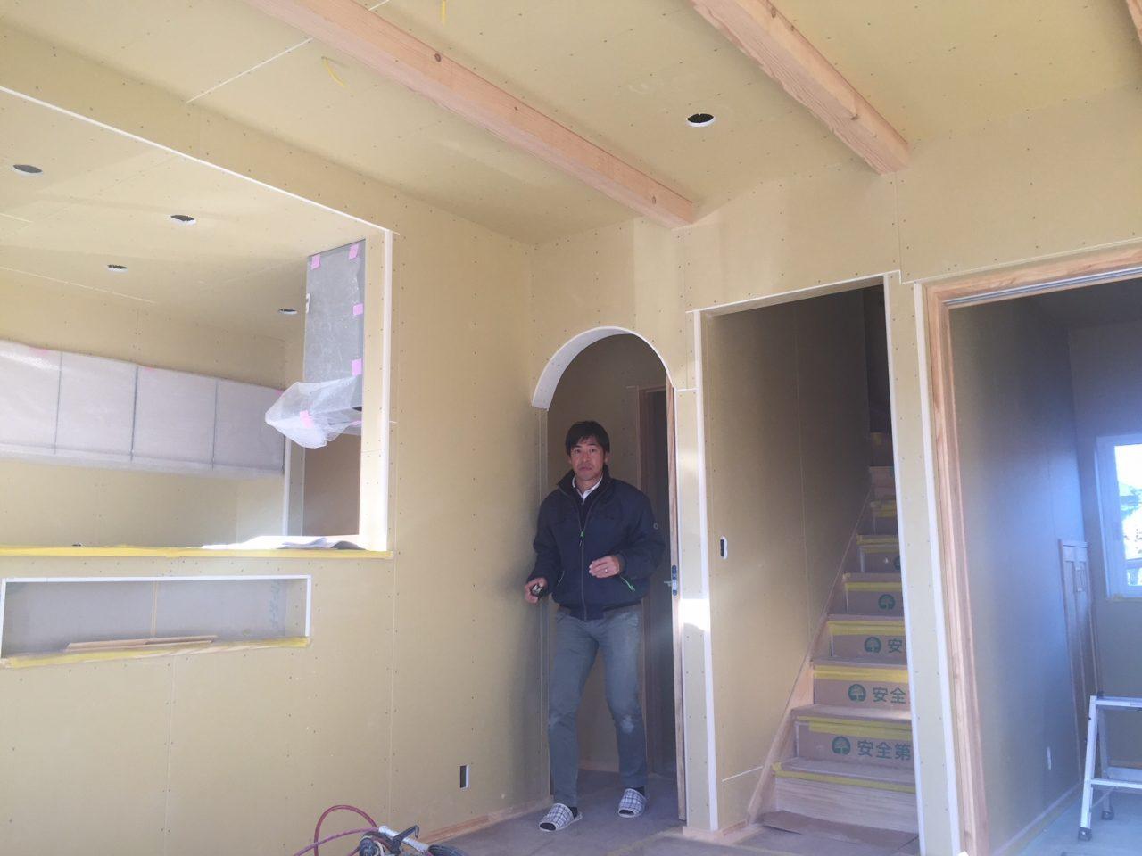 建築現場仕上げ前の室内と現場監督
