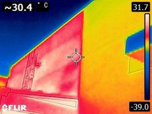 豊橋スタジオ サーモカメラ実験(色が違う部分は10年以上前の遮熱効果のない塗り壁材)