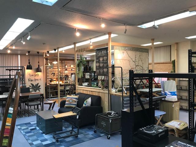 東谷株式会社の店内のブラックを基調とした家具