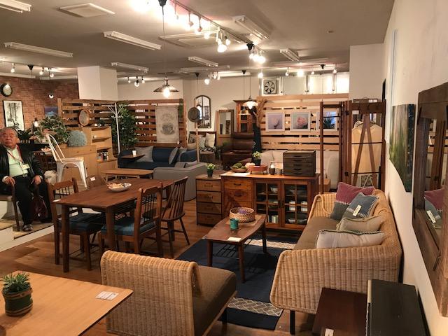 東谷株式会社の店内のアジアンテイストの家具