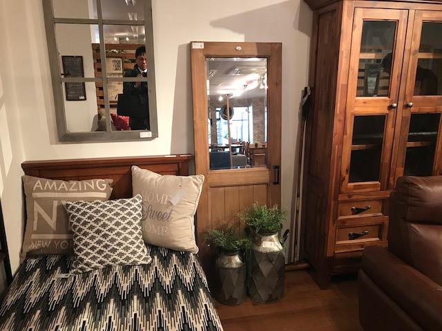 東谷株式会社の店内の鏡付内部ドア