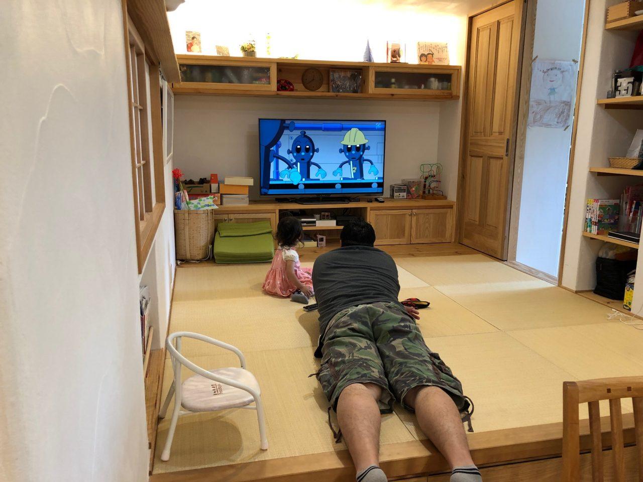 小上がりの畳ルームで好きな姿勢で見るテレビ