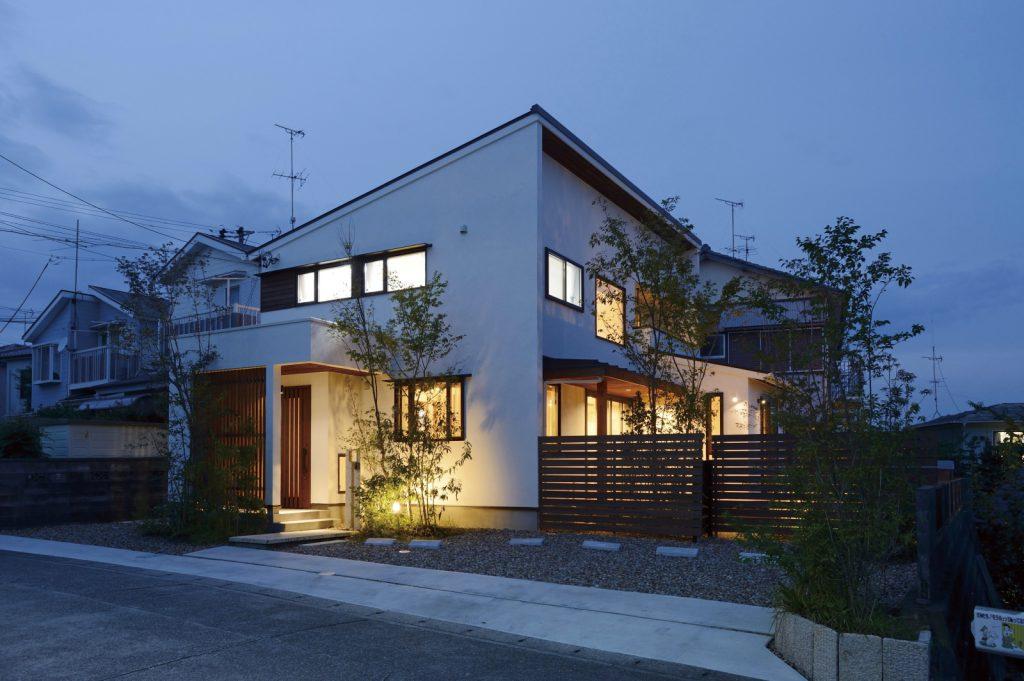 高台からの景色を楽しむシンプルな家