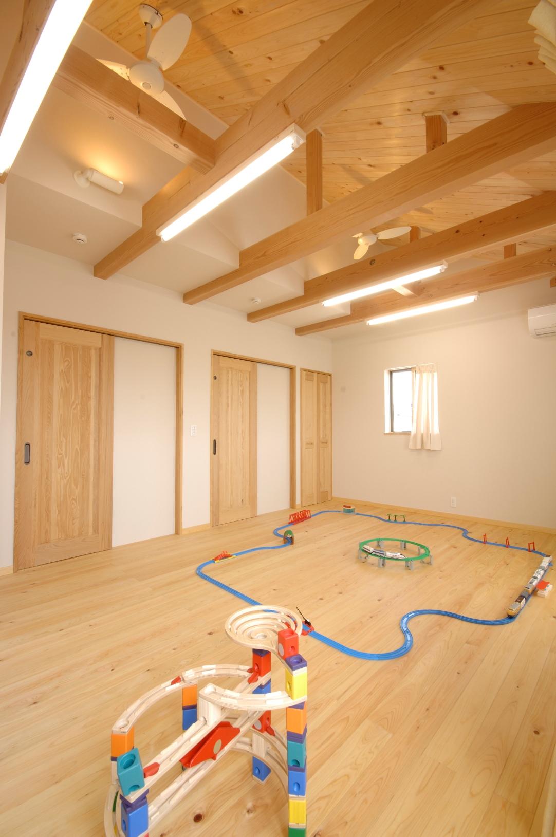 広々とした子ども部屋。自然素材に囲まれ、のびのびと感性豊かに育ちます。