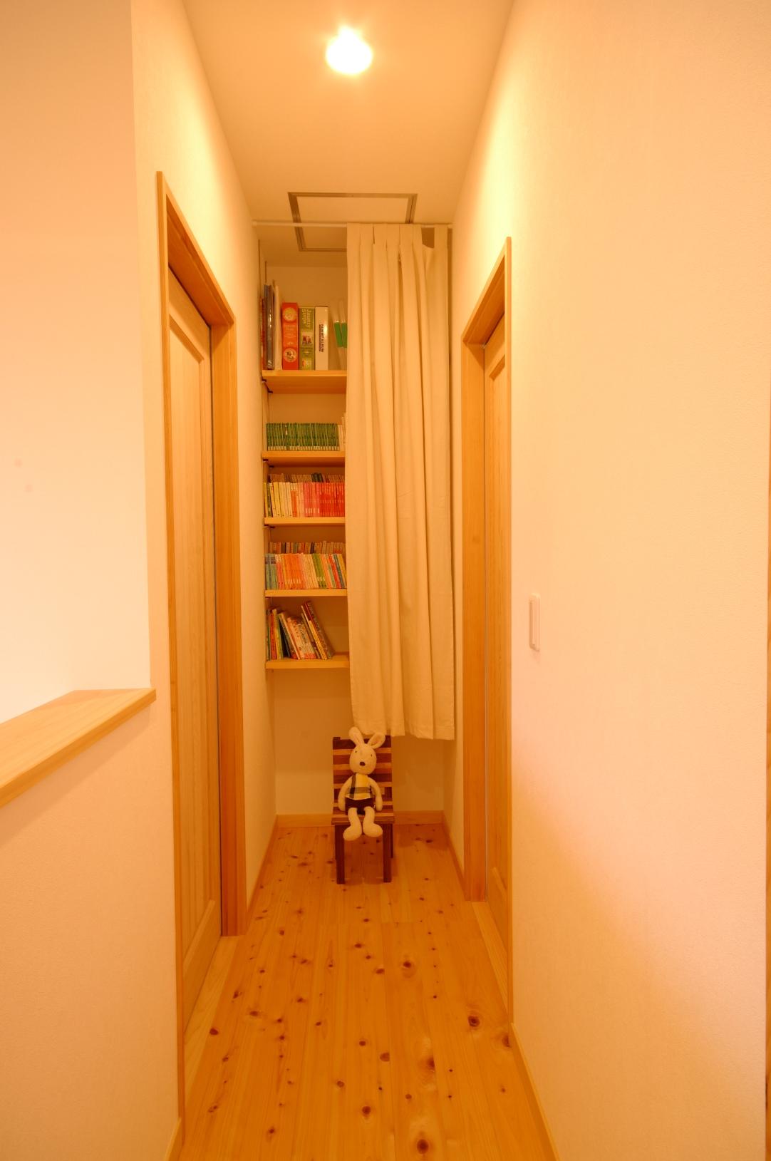 デッドスペースも有効的に活用。カーテンをつけてスッキリとした印象に。