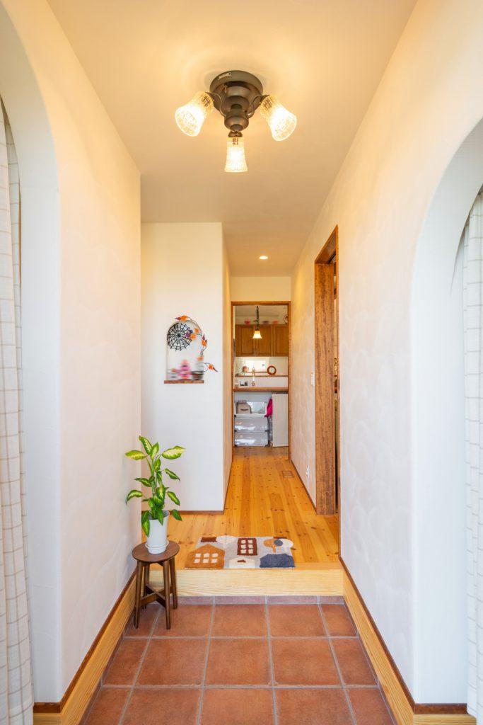 両サイドに収納スペースのある玄関