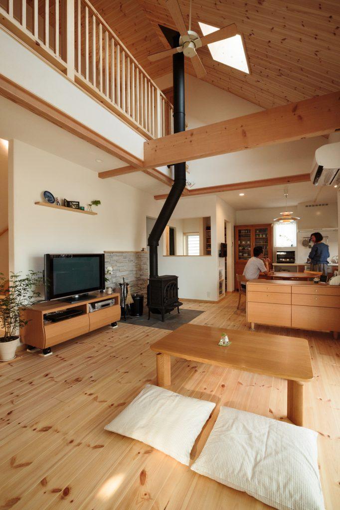 元々お持ちだった家具にもぴったりマッチした室内。部屋の中央に鎮座する薪ストーブが印象的