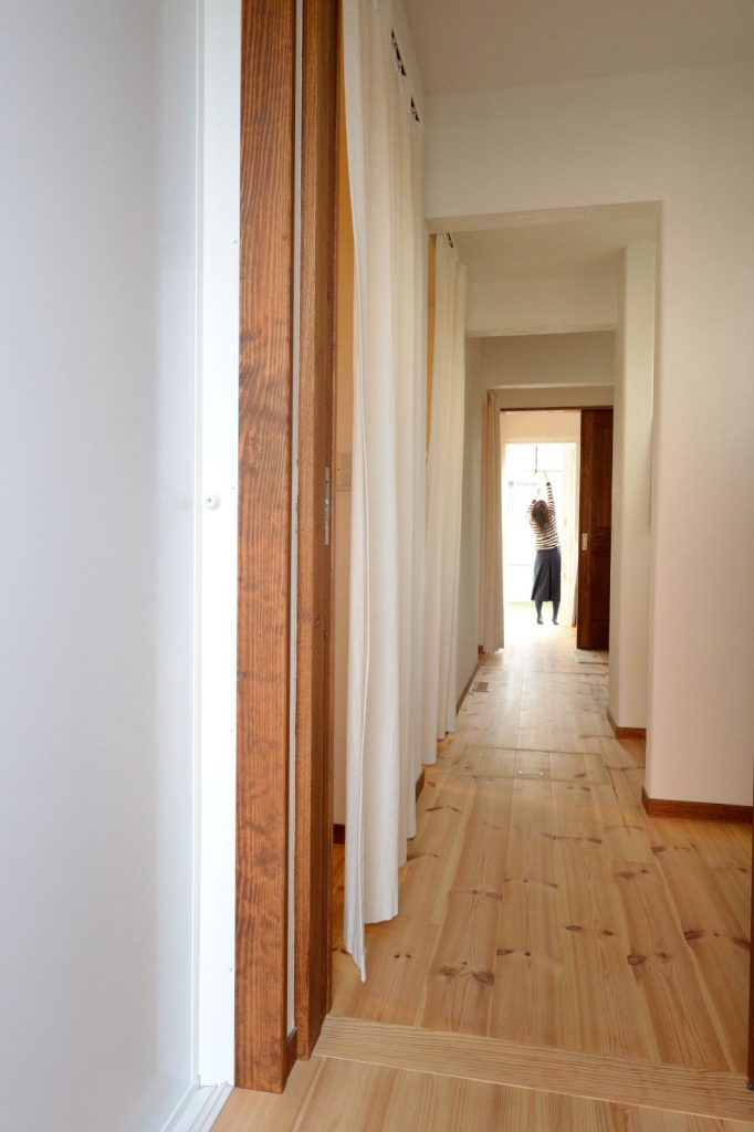"""洗濯、物干し、アイロン、収納、書斎スペースが一直線に並ぶ""""家事ストリート"""""""