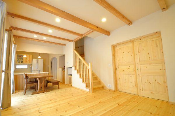 パインの床材が心地良い、開放的なLDK