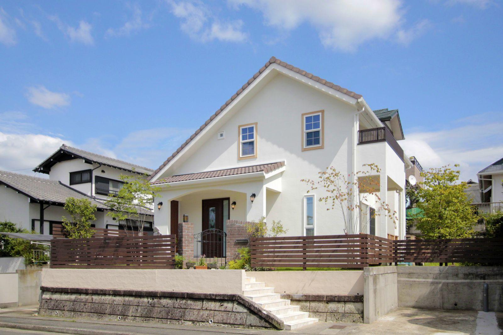 閑静な住宅街の高台に建つ三角屋根が印象的なS様邸。優しく控えめな色合いで、周辺ともよく馴染んでいる