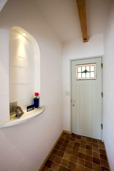 トイレの前は、ニッチが設けられたおしゃれな空間に。