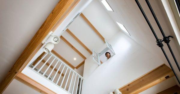 上部の吹抜けから降り注ぐ光が心地よく、2階で遊ぶ子供達の気配が伝わってきます。