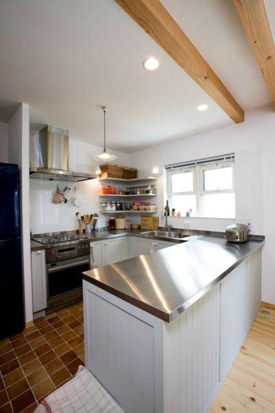 ステンレス天板やL型の造作棚など、お菓子づくりが得意な奥様のこだわりが満載。