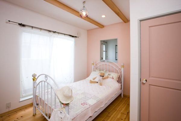 つや消しピンクのペイントがかわいい子供室。