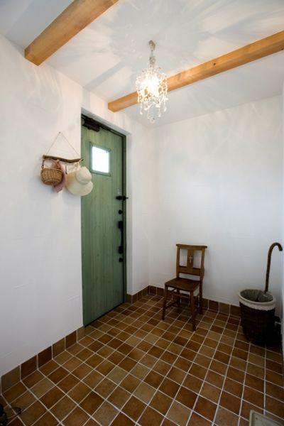 広い玄関ホール。置かれた小物や照明もセンスが光ります。