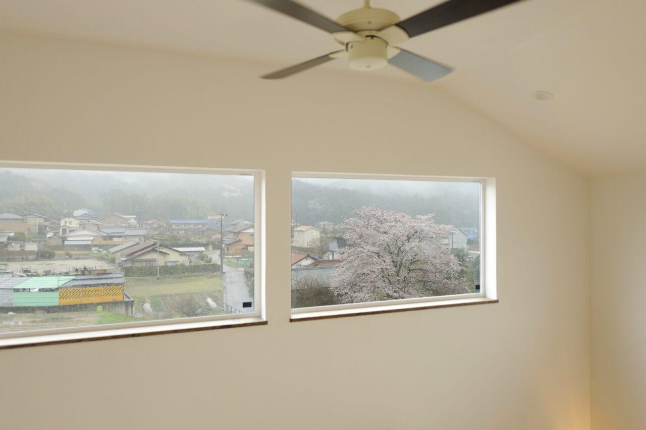開放感のある吹抜けから桜が楽しめる2階ホール