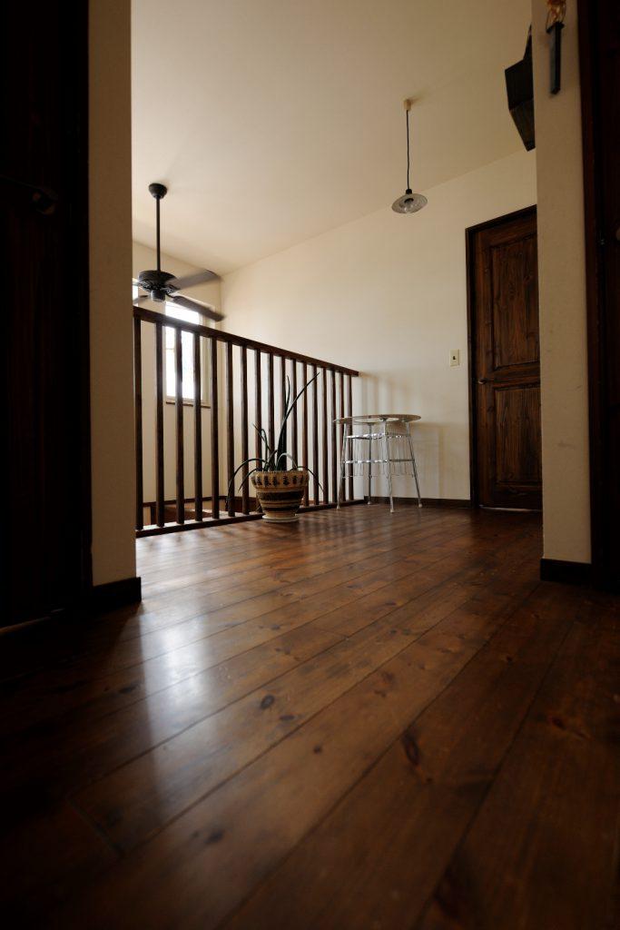 濃いめのフローリングや建具がマッチした2階ホール