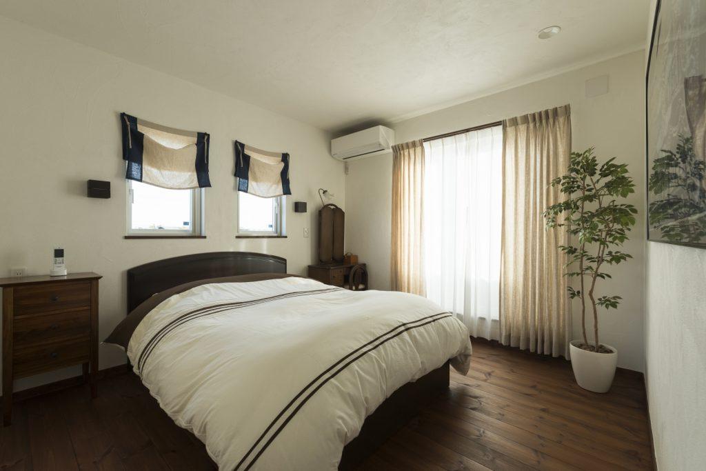 グリーンが似合うシンプルな寝室