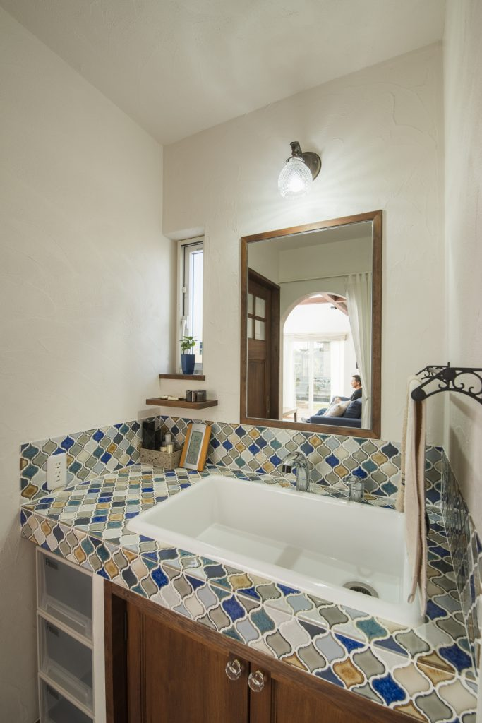 色とりどりのタイルがセンスよく並ぶ洗面台