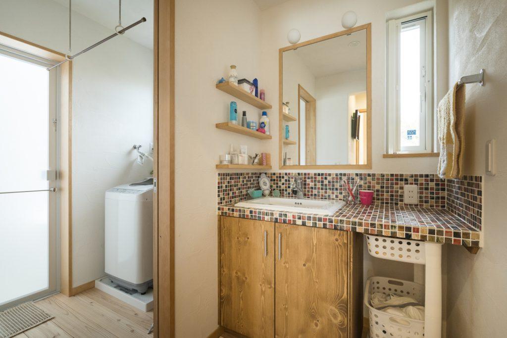 カラフルなタイルでかわいい洗面台