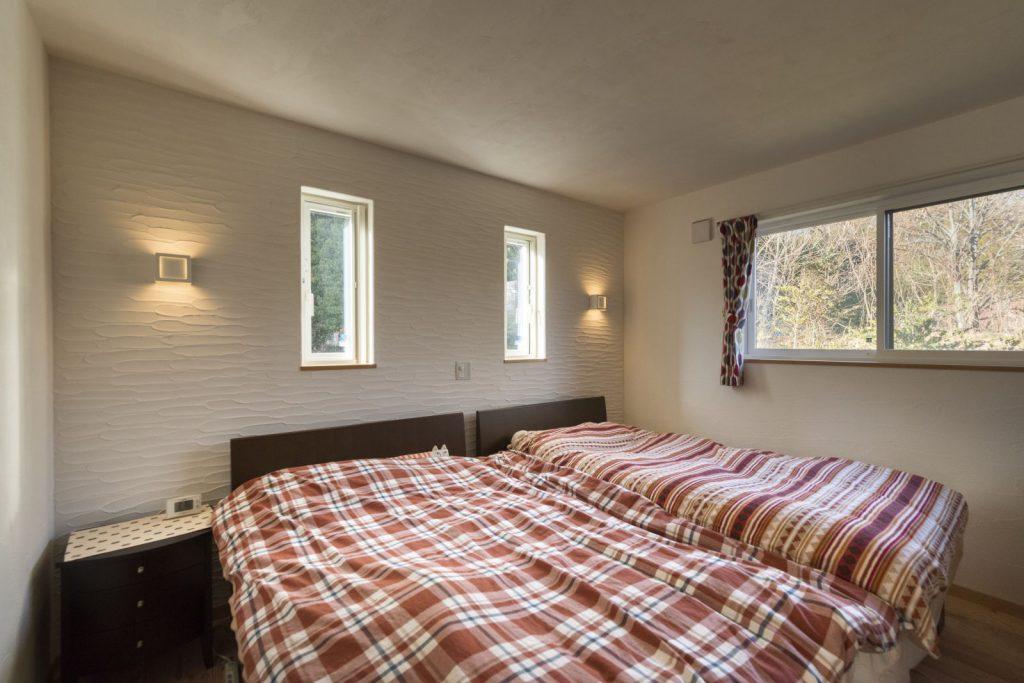 間接照明と漆喰の塗り壁が素敵な寝室
