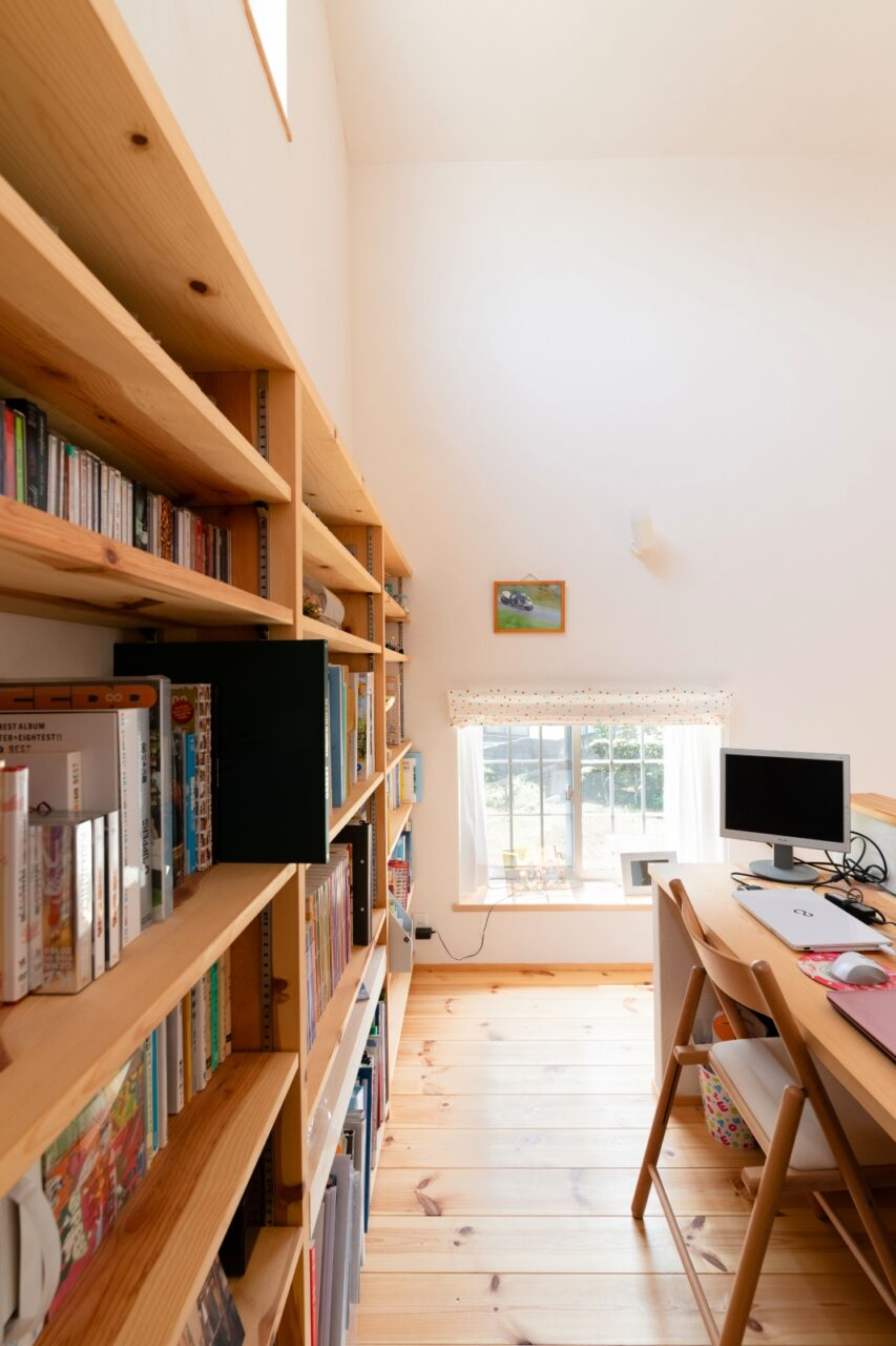 理想の本棚とパソコンスペース