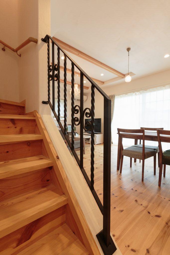 階段手摺はアイアン製。見た目の可愛さだけでなく、視線が抜け開放的に…!