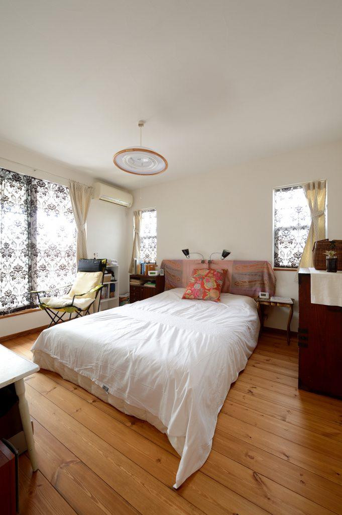 2階の主寝室は1階とは趣きの異なる空間に。柄物のカーテンやおばあさまから譲り受けた和ダンスなど、一つ一つに思い入れがある調度品が並ぶ