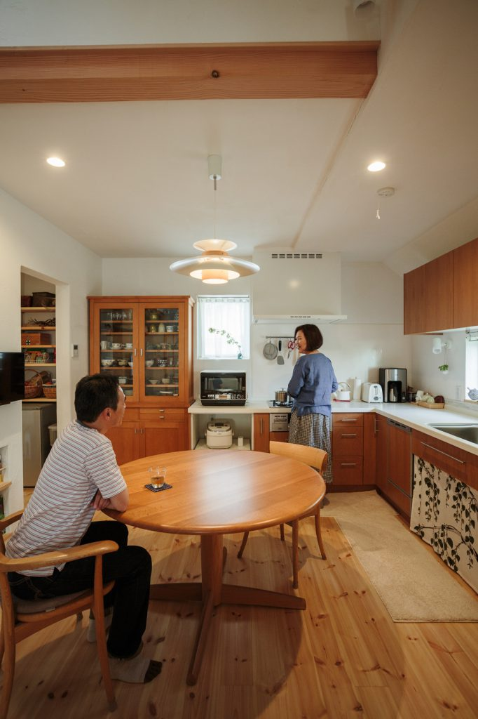 キッチンは空間を広く使うために『L字型』を採用。