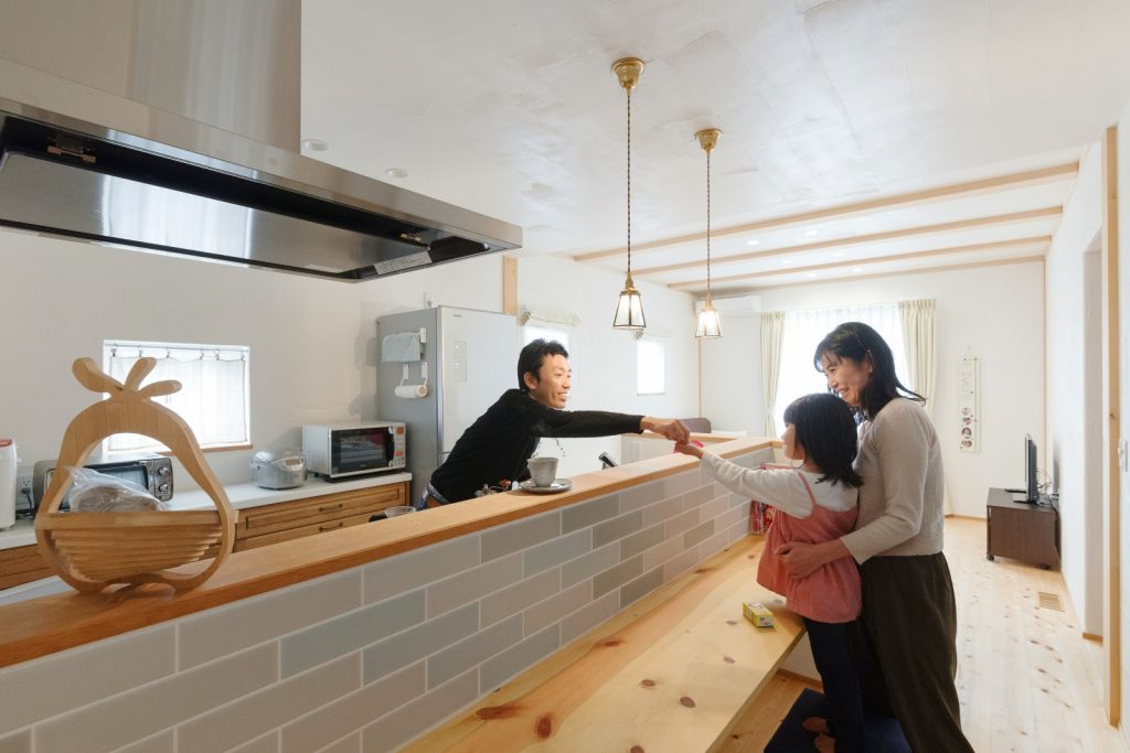 やさしい色のタイルと照明がかわいいキッチンカウンター
