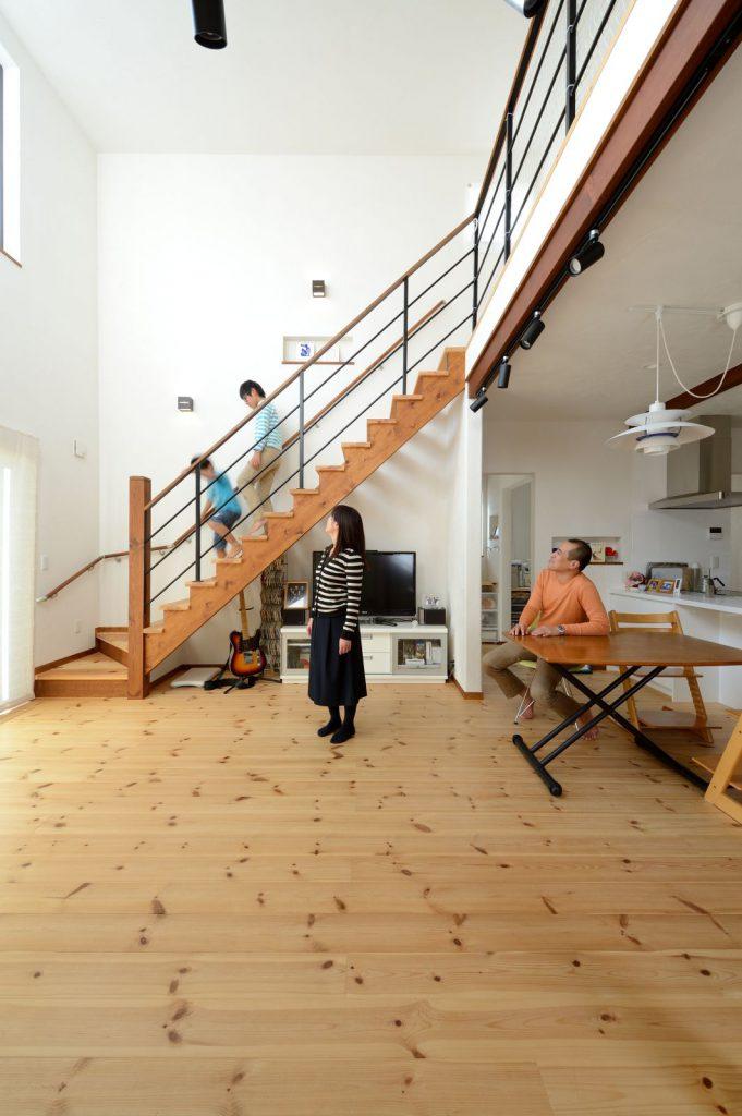 吹抜けとストリップ階段で、より開放的な空間に