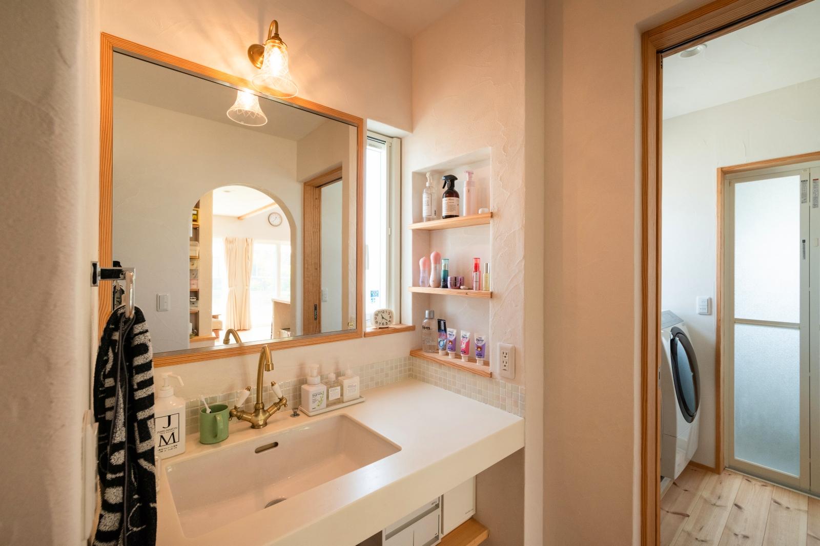 大きめニッチと鏡がポイントの洗面