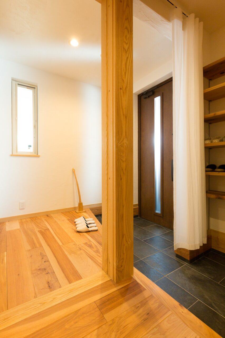 暗くなりがちな北側の玄関はドア自体にスリットがあるものを選択し、明るさを十分確保。大容量のシューズクロークで常にスッキリ。
