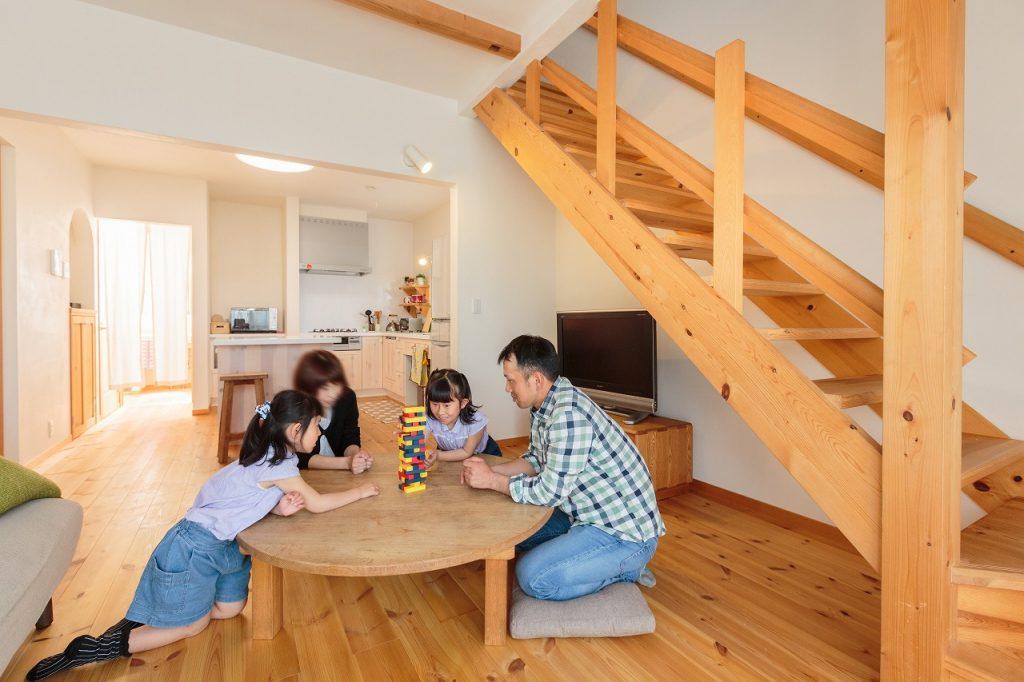 リビングにある大きな円卓をはじめ、家具はI様がお好きなクラフト作家さんによるハンドメイドのものだそう
