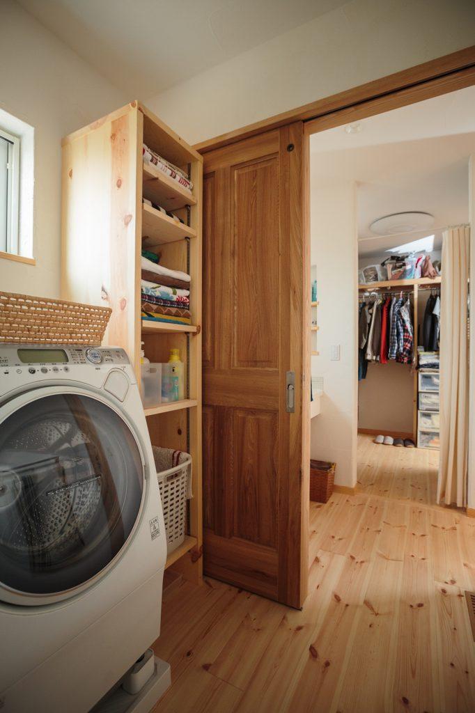 1階で生活が完結できるよう、浴室~洗面脱衣室~ファミリークローゼットを一直線に配置