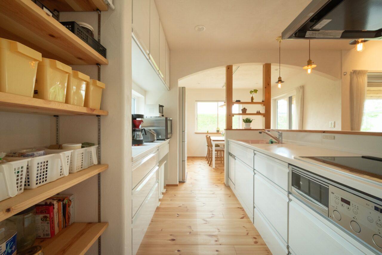 垂れ壁がかわいい!清潔感のあるキッチン