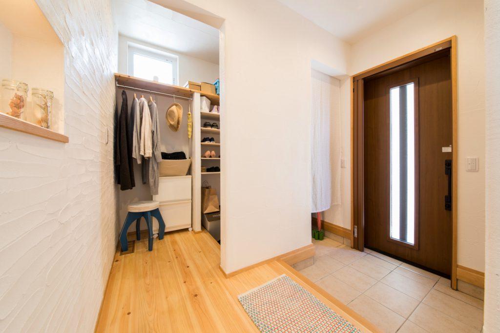 洋服も掛けられる大容量収納のある玄関