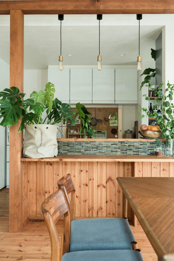 美しいタイル、照明、無垢の木がポイントのキッチンカウンター