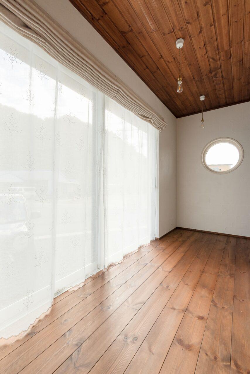 丸窓のある明るい縁側