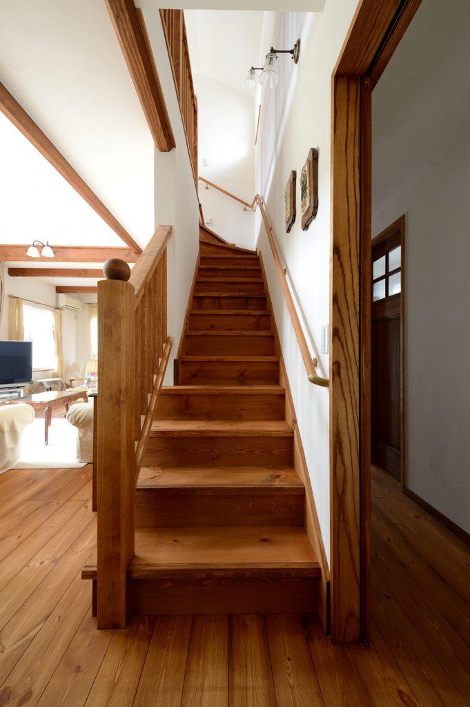 階段も空間を飾る大切な要素に。無垢材の丸い笠木はご主人様のこだわり