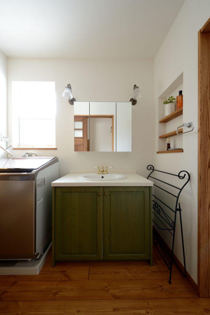 スッキリと落ち着いた雰囲気の洗面化粧台。壁にはニッチを設け小物が置けるように